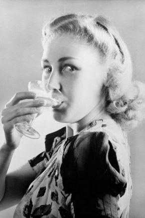 54ac91e813bef_-_elle-32-vintage-women-drinking-xln